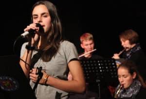 Treffsicher: Baff-Sängerin Chiara Schnepel, im Hintergrund Simon Krüger und Linda Minutolo an den Querflöten sowie Lara Rath am Altsaxophon.